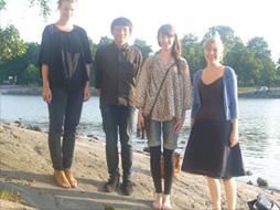 写真:富永 航 テキスタイルのクラスメイト達とピクニックに行った河原で