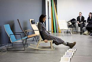 写真:内田久美子 最初の課題「easy chair」の講評会でプレゼン中の様子