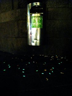 写真:ヘルシンキ市内で喫煙者の最も多い中央駅にて夜光塗料を塗装した煙草のフィルターを用いた展示の様子(本人)