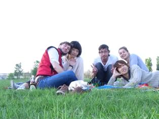 写真:現地学生と元空港の空き地にピクニックへ